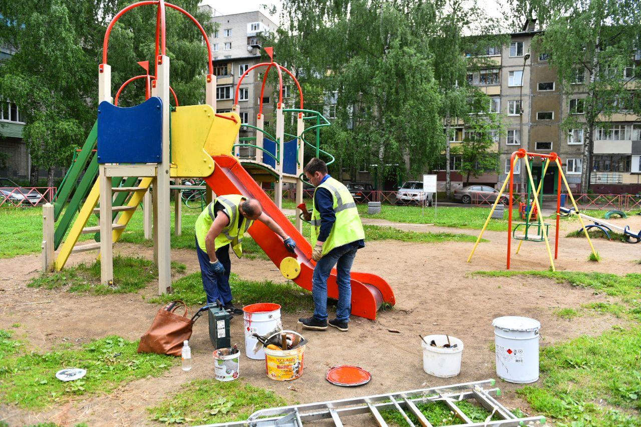 Обустройство детской площадки завершается в Володарском районе Брянска