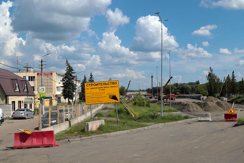 В Советском районе строители моста на набережной забили сваи под четыре опоры