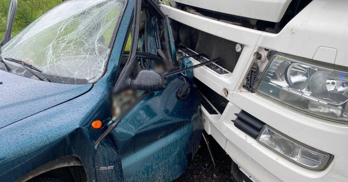 На объездной под Брянском легковой автомобиль разорвало на части в результате ДТП