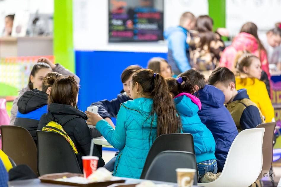 Брянским подросткам запретили посещать торговые центры и фуд-корты