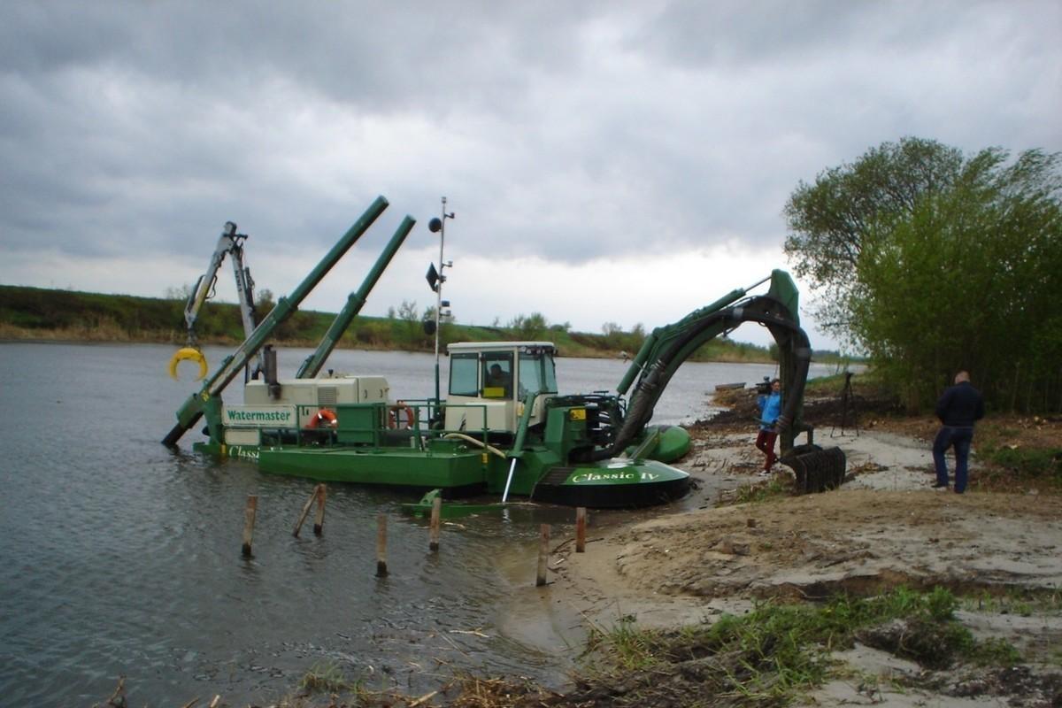 В Брянске приступили к расчистке 5,7 км русла реки Десны
