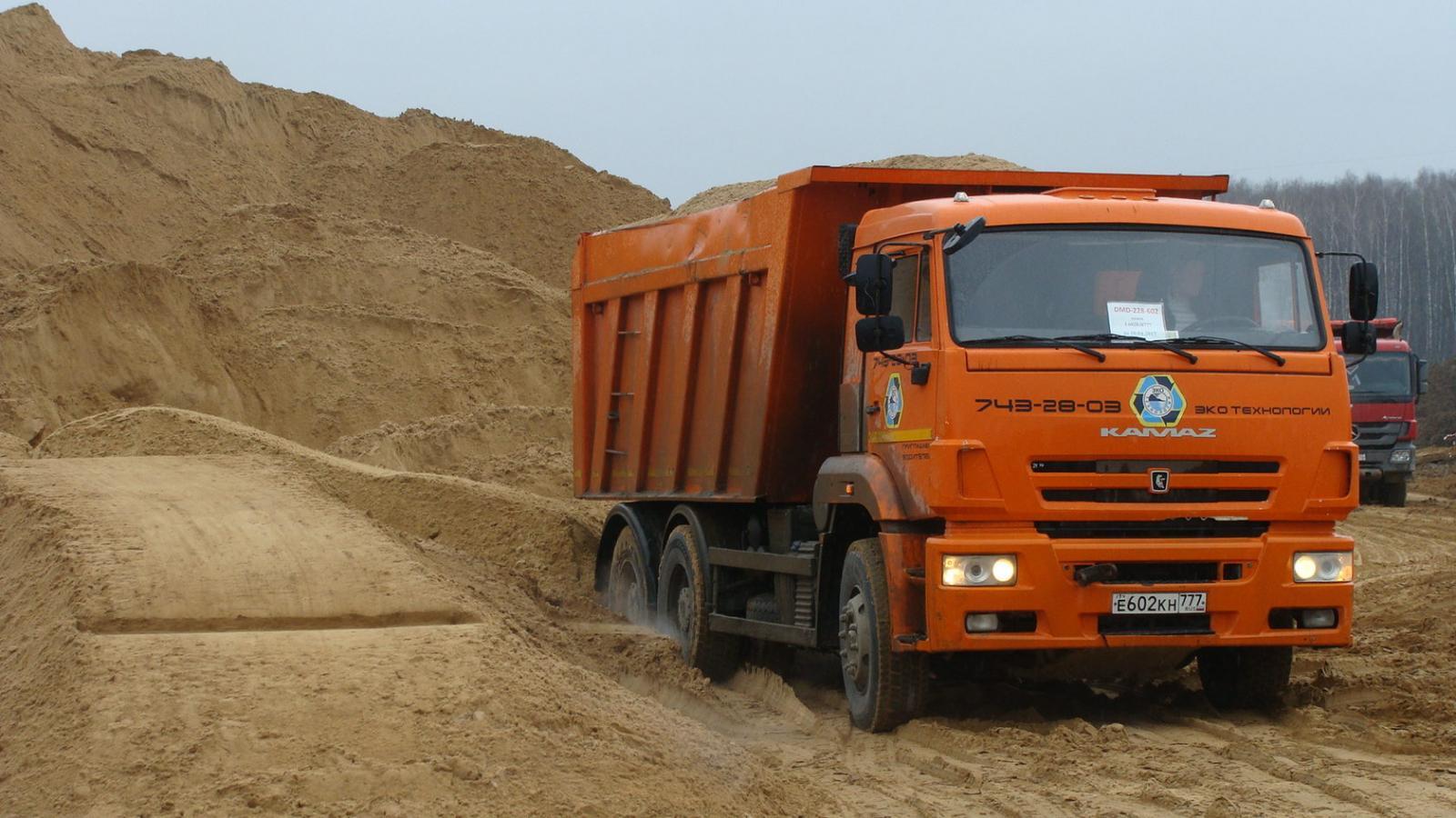 В Брянске водителя грейфера застали за выгрузкой мусора на песчаном карьере