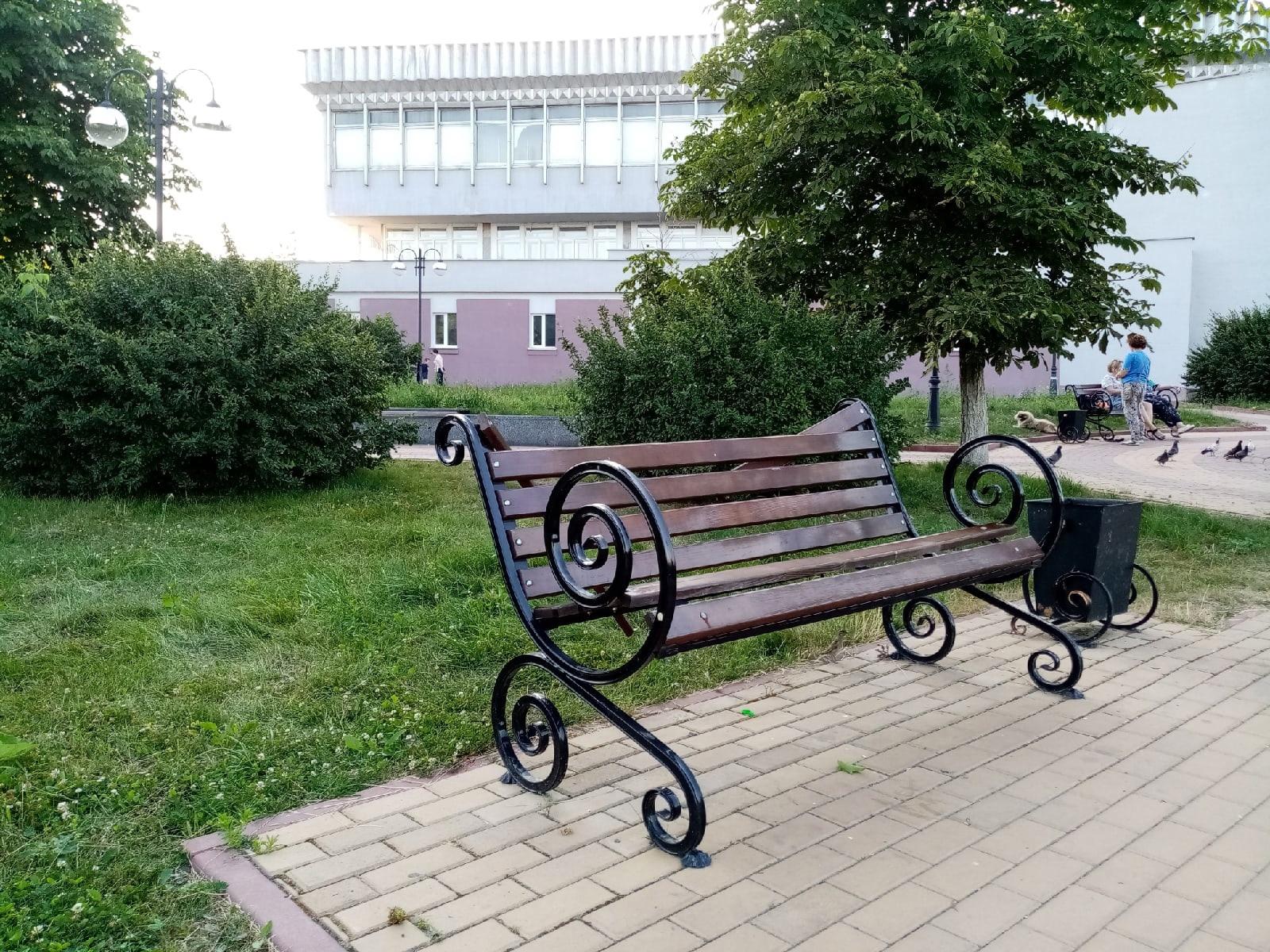 В Брянске вандалы поломали красивые скамейки на Набережной