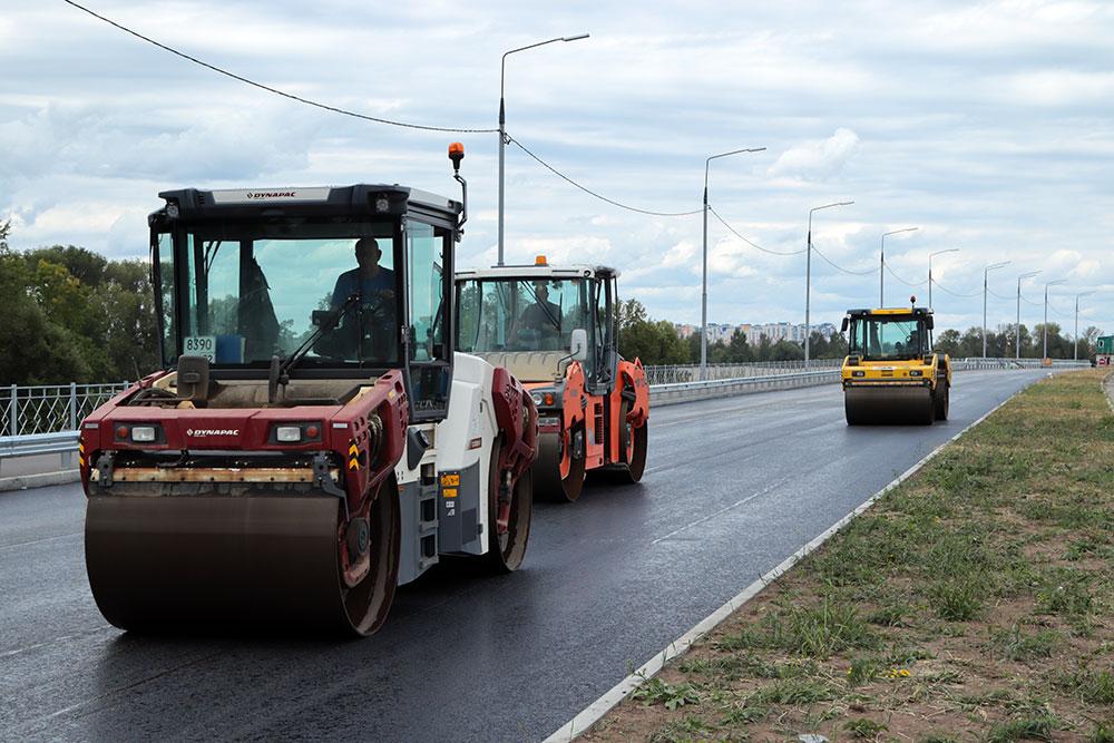 В Брянске на новой дороге-дамбе продолжается асфальтирование трех полос из шести