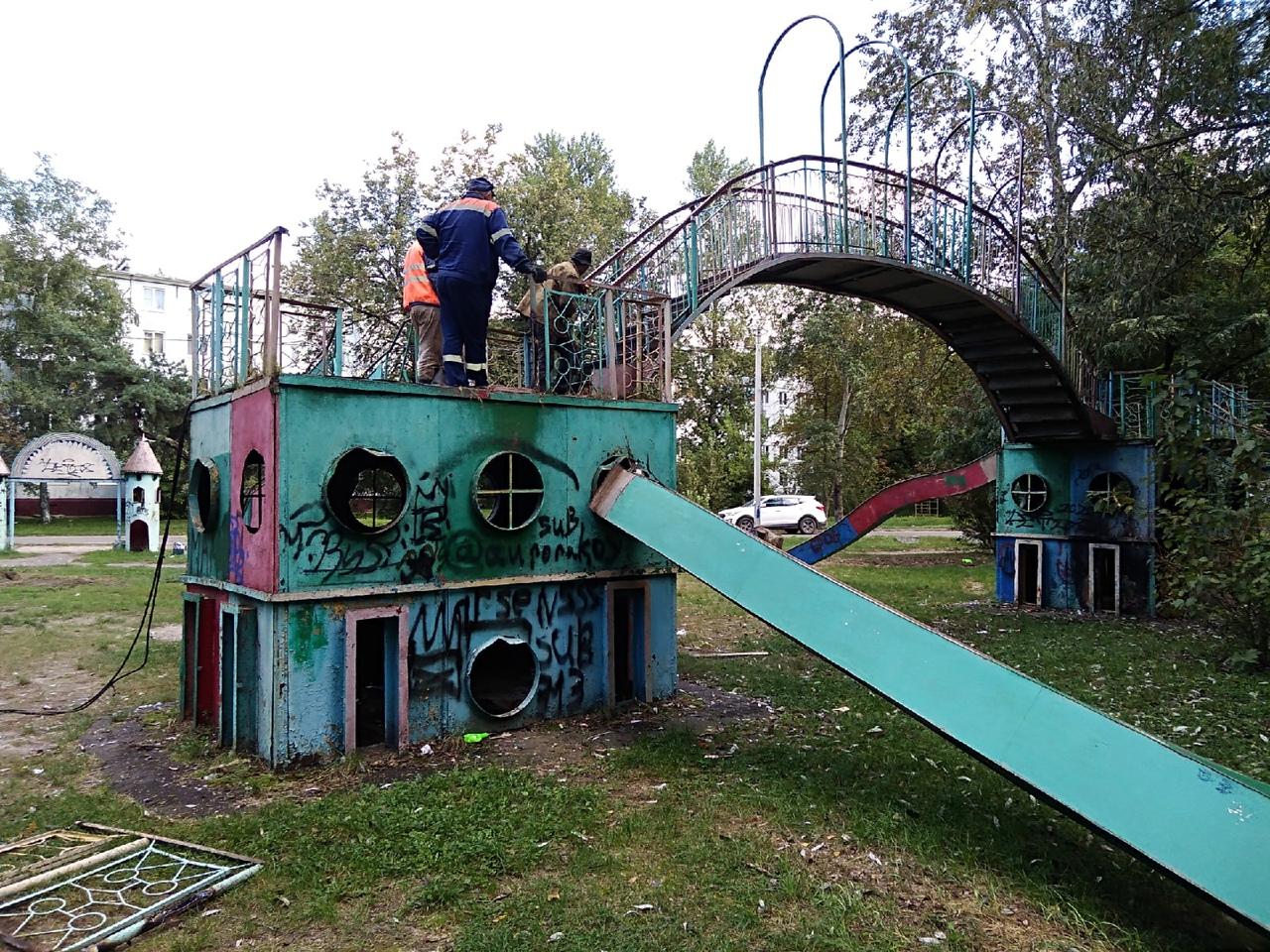 В Бежицком районе Брянска демонтировали легендарный детский городок