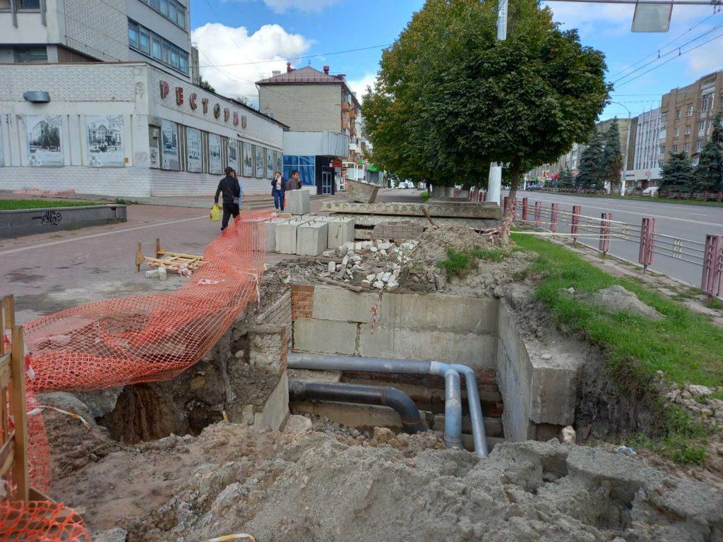 В Брянске около цирка на Ленина ремонтируют теплотрассу