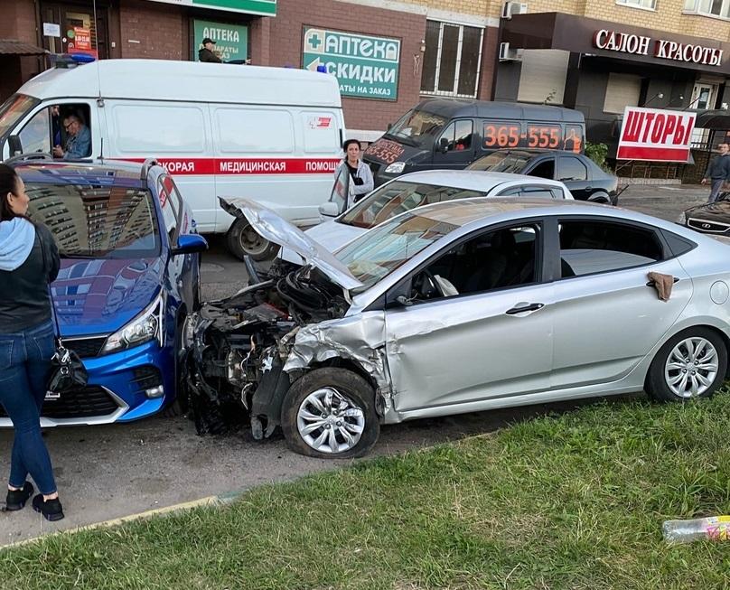 В Брянске на проспекте Станке Димитрова разбились 3 легковых автомобиля