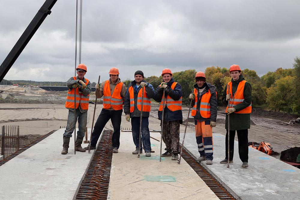 В Брянске продолжается монтаж железобетонных балок нового моста на Набережной