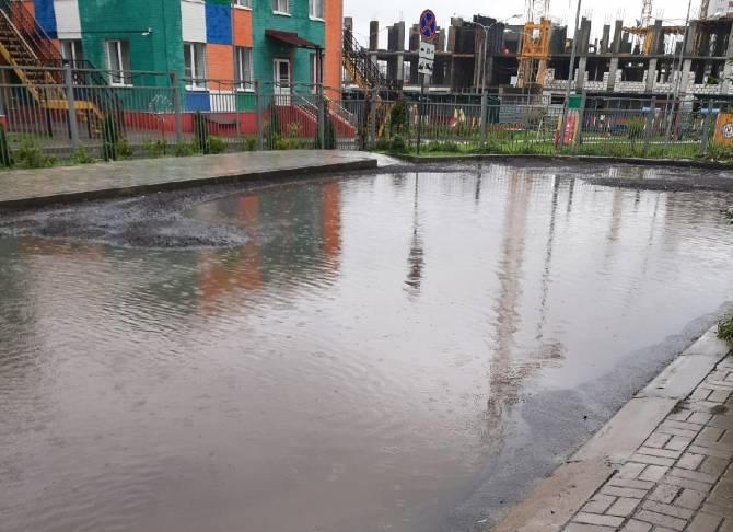 В Брянске затопило дорогу у нового детского сада «Лёвушка»