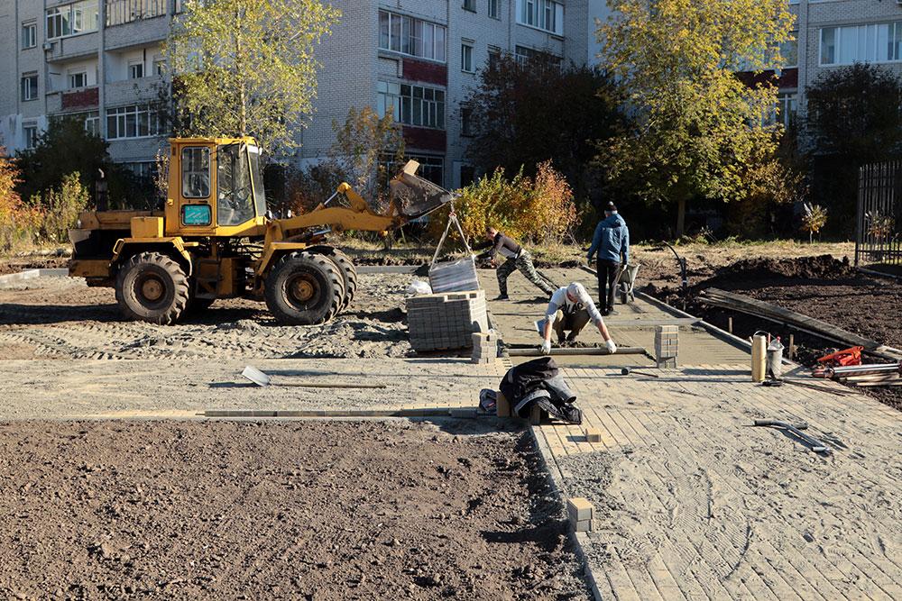 В Брянске в сквере Рекункова установили постамент для памятника генералу