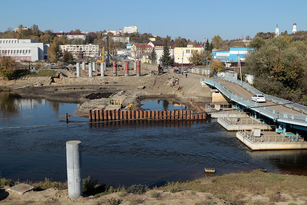 В Брянске на новом мосту на набережной установили 15 балок из 198