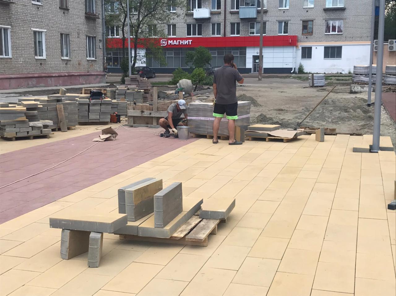 Сквер у кинотеатра «Салют» в Володарском районе готов на 75%