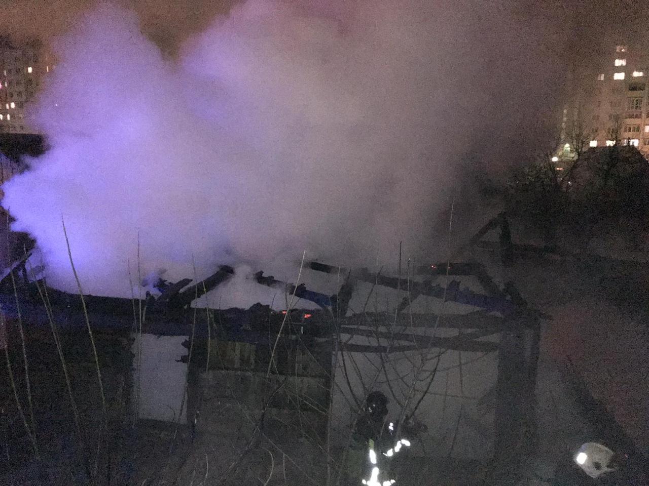 На улице Чернышевского в Брянске загорелась хозяйственная пристройка