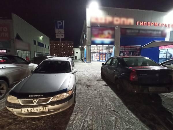 В Брянске сфотографировали очередных любителей парковаться на местах для инвалидов