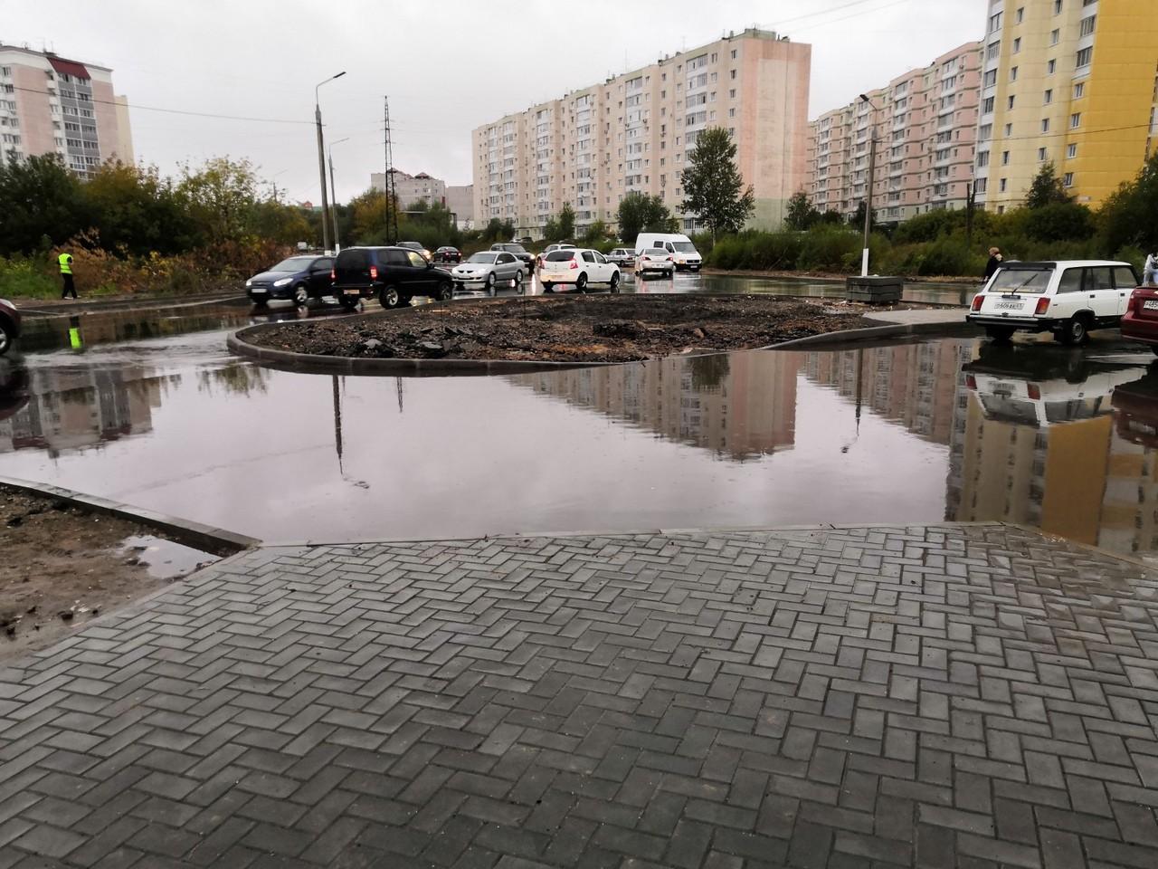 В Брянске дождь размыл дорогу на пересечении улиц Горбатова и Войстроченко