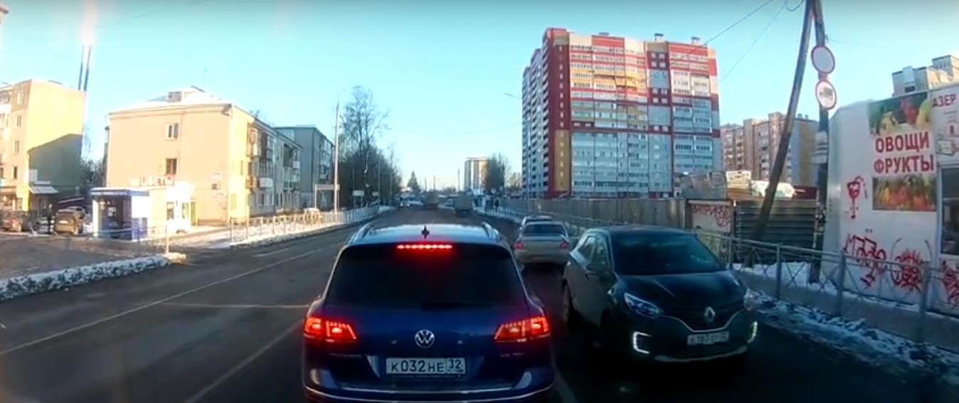 В Брянске едва не устроившему ДТП водителю предложили уничтожить «права»