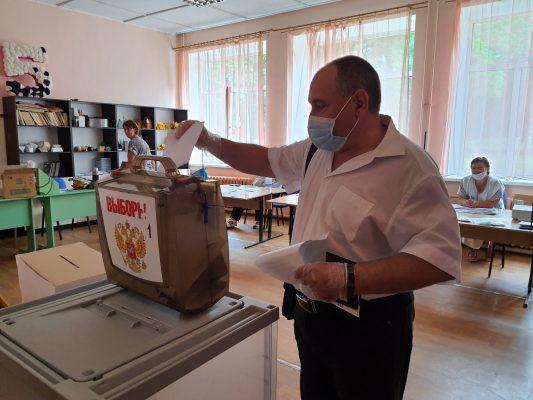 В Сельцо на своем участке проголосовал Олег Федонин