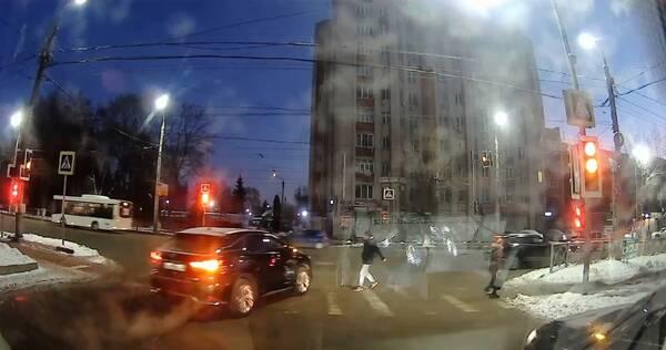 В Брянске водитель проехал на желтый свет и едва не сбил молодого человека