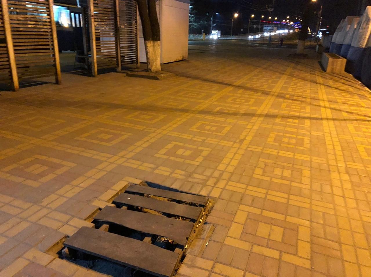 В Брянске провал тротуара замаскировали досками