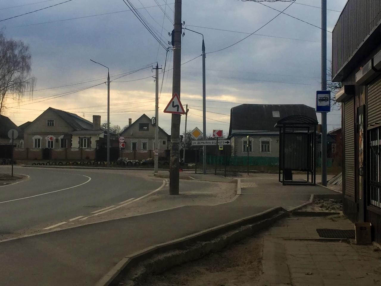 В центре остановки в Брянске забыли убрать столб