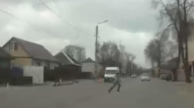 В Брянске школьник бросился под колеса машины