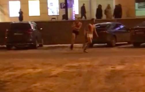 В Брянске сняли на видео голых парней возле ТРЦ