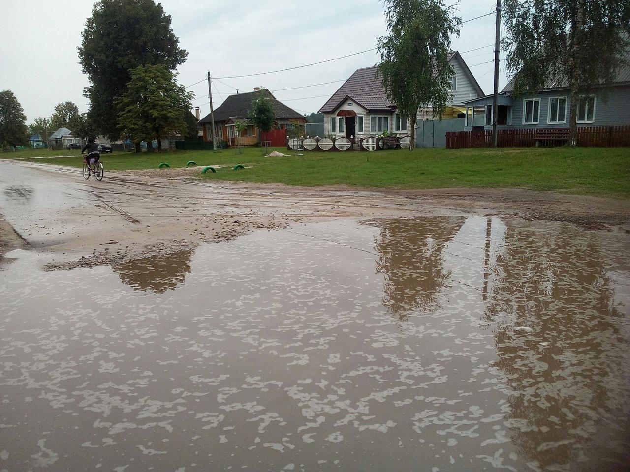 В Ивоте отремонтированная дорога превратилась в болото