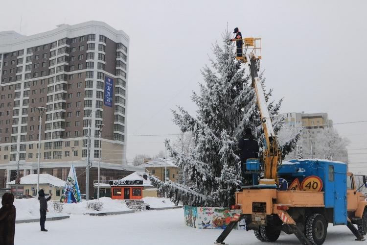 На улицах Брянска появились новые праздничные украшения
