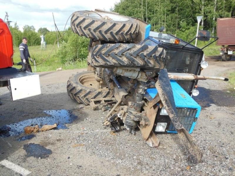 На брянской трассе «Гранта» протаранила и опрокинула трактор