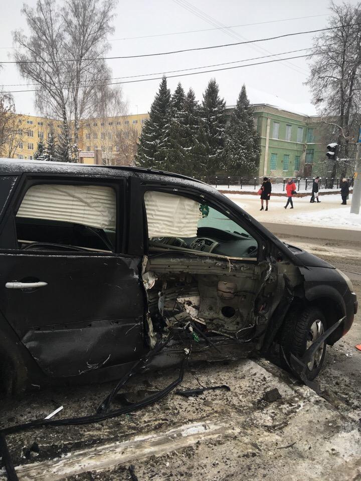 Появились фото с места серьезной аварии в Бежицком районе