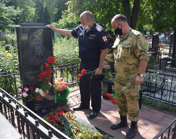 В Брянске росгвардейцы почтили память погибших в Чечне коллег
