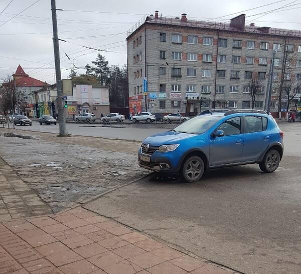 В Брянске иномарка перекрыла тротуар возле ТЦ «Тимошковых»