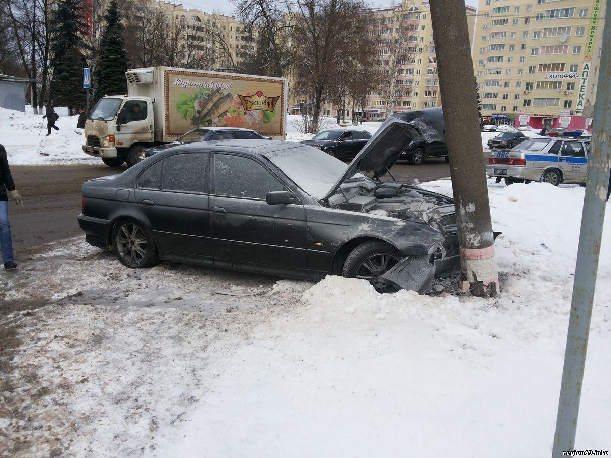 В Брянске пьяный водитель врезался в электроопору и травмировал 21-летнюю пассажирку