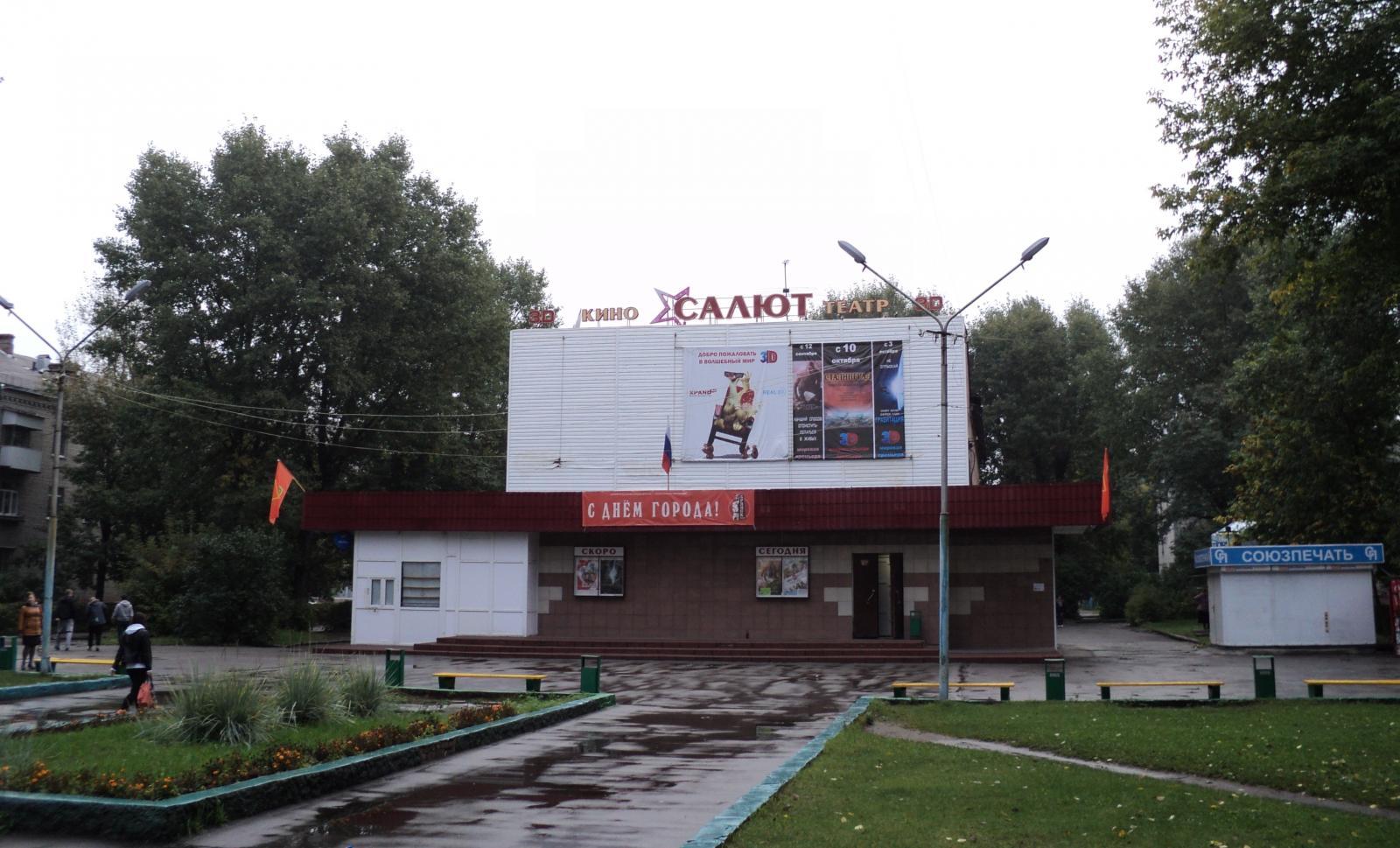 В Брянске продолжается благоустройство сквера у кинотеатра «Салют»