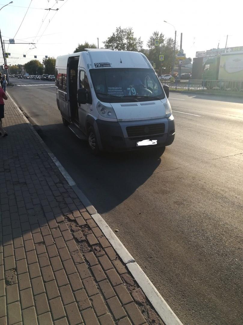 В Брянске маршрутчик устроил скандал с пассажиром из-за открытого люка