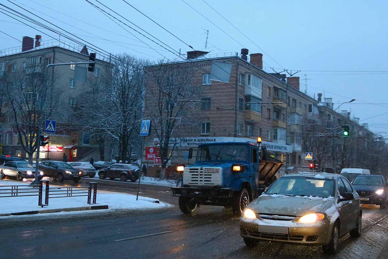 В городе Брянске на борьбу со снегопадом вышло 40 единиц техники