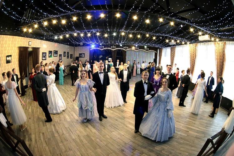 Новозыбковские юноши и девушки закружились в танцах на Сретенском балу