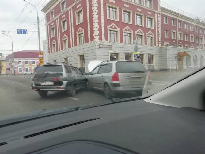 В Брянске у БМЗ столкнулись две легковушки