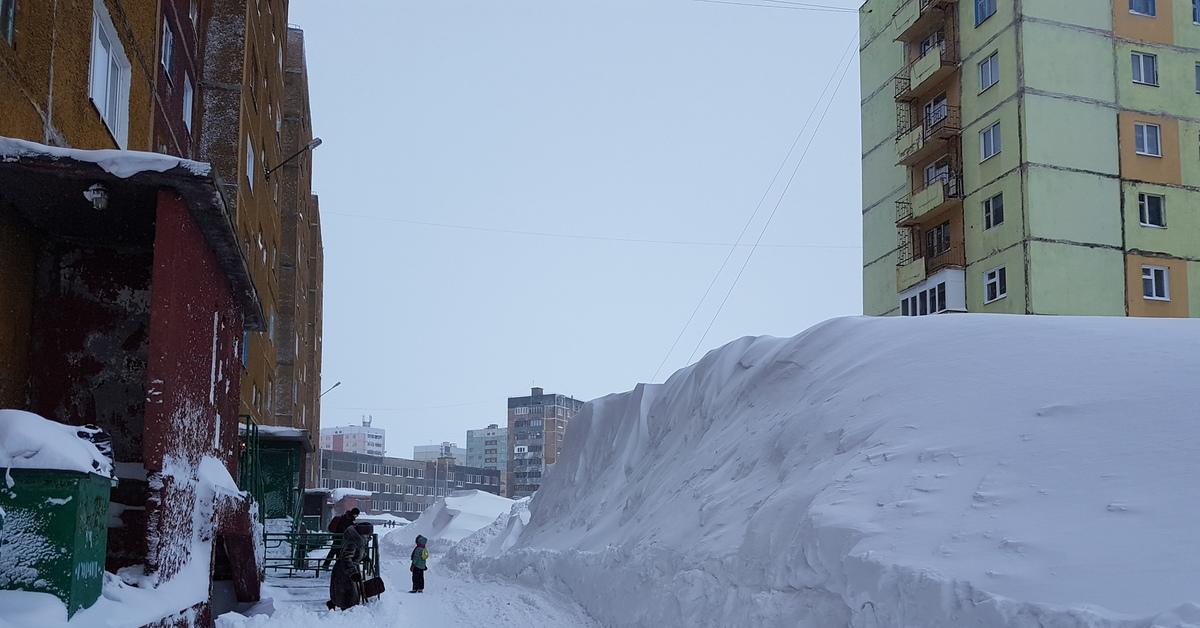 В Брянске жильцы домов возле Дворца Гагарина оказались в снежном плену