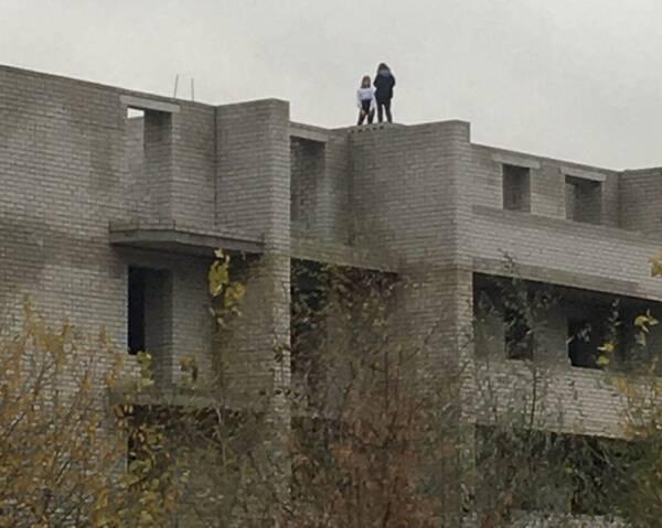 На окраине Брянска подростки устроили опасное селфи на стройке