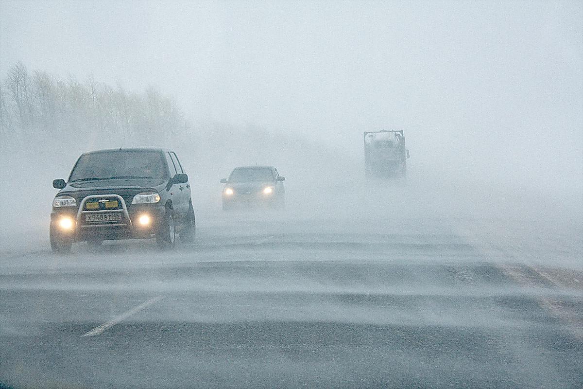 Из-за снежного бурана видимость на брянских дорогах резко снизилась