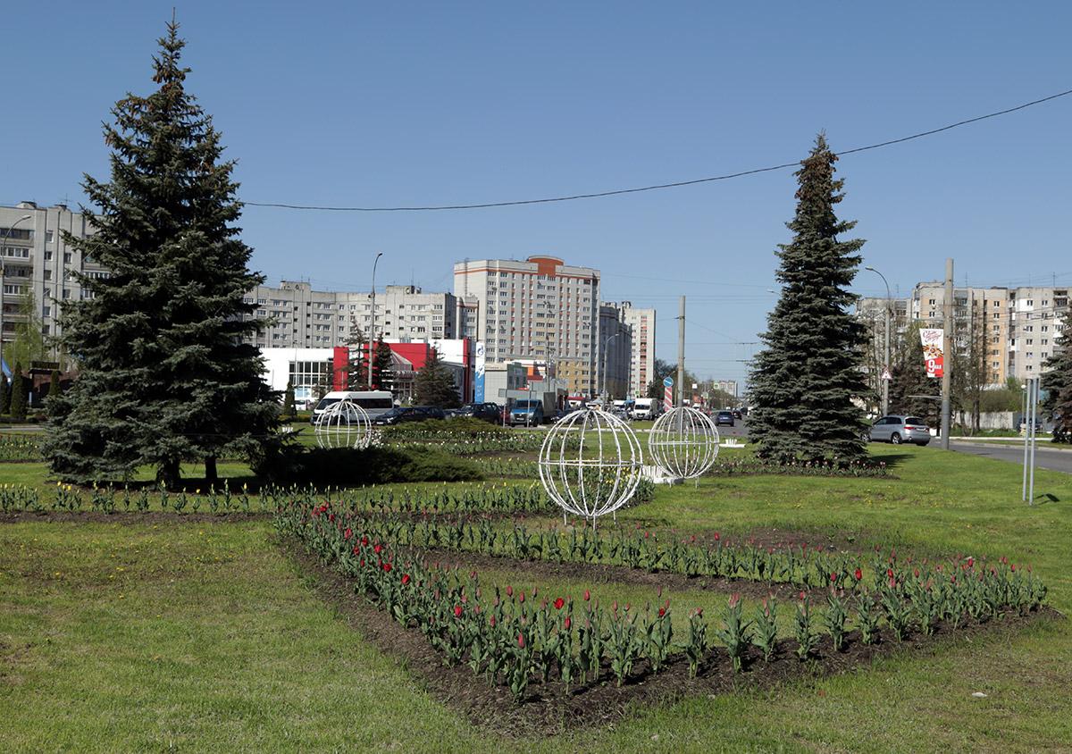 На брянских улицах и площадях распустились тысячи весенних тюльпанов