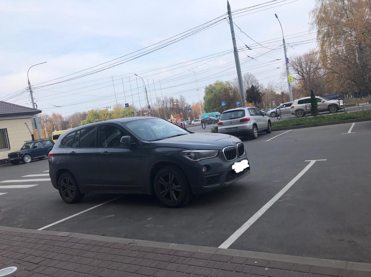 В Брянске автохам занял несколько парковочных мест