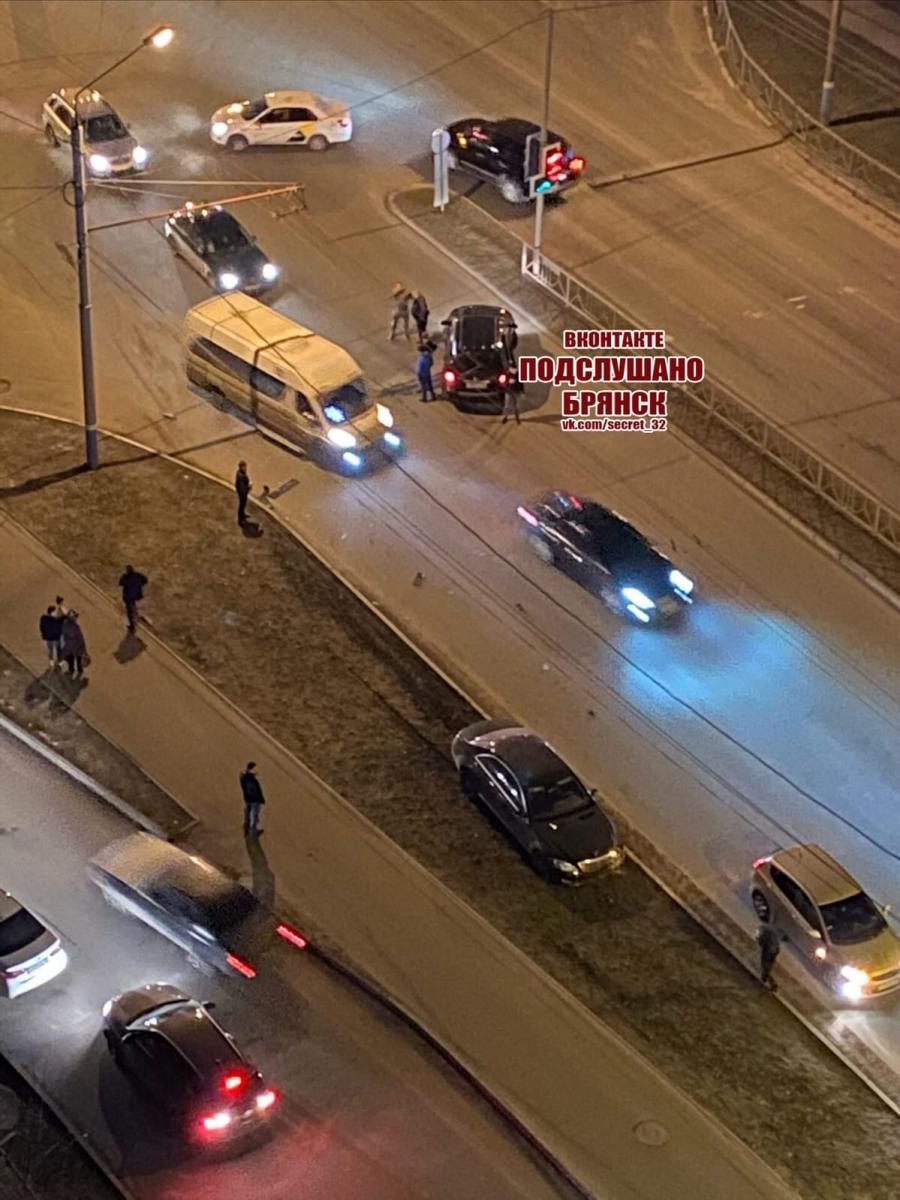 В Брянске в ДТП попали маршрутка и легковушка