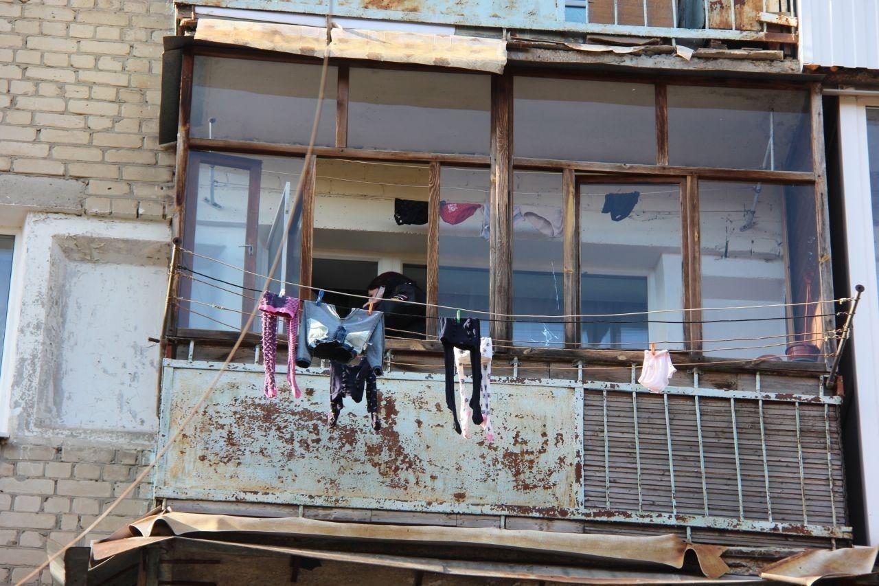 Молодая мать выбросила из окна двух маленьких дочерей