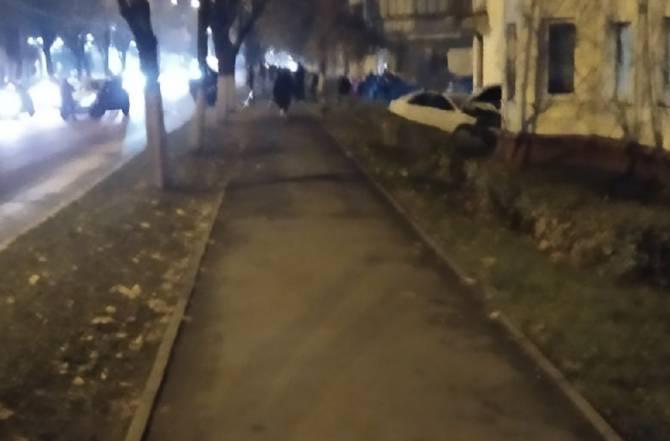 В Брянске на Никитинской легковушка влетела в дом