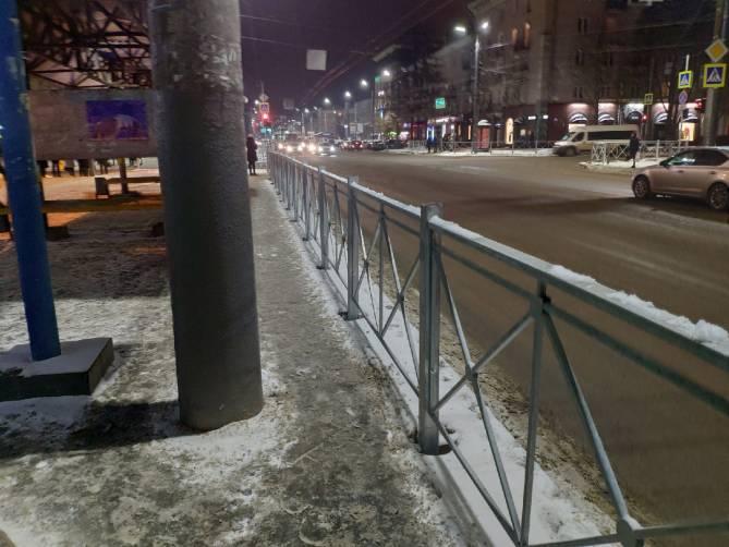 В Брянске обнесли заборами остановку у ТРЦ «БУМ Сити»
