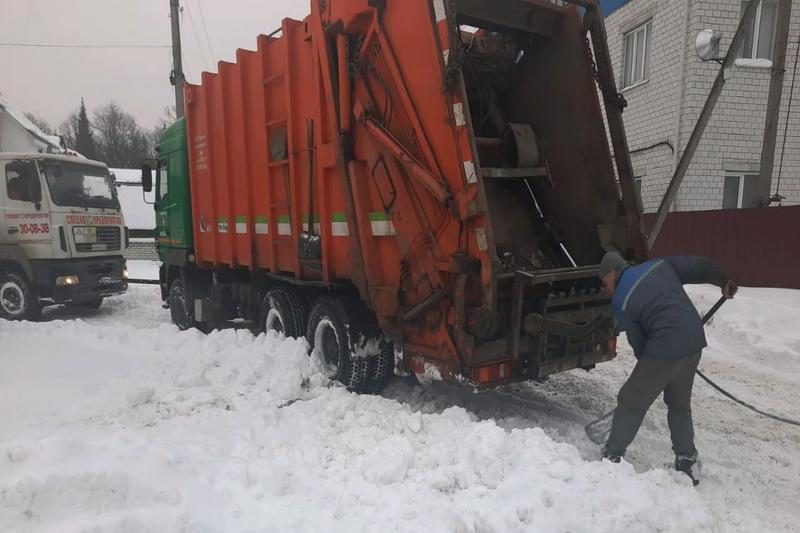 В Брянске в посёлке Белые Берега в снегу застрял мусоровоз