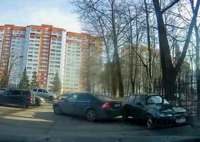 В Брянске водитель Ford протаранил припаркованный Daewoo и скрылся с места ДТП