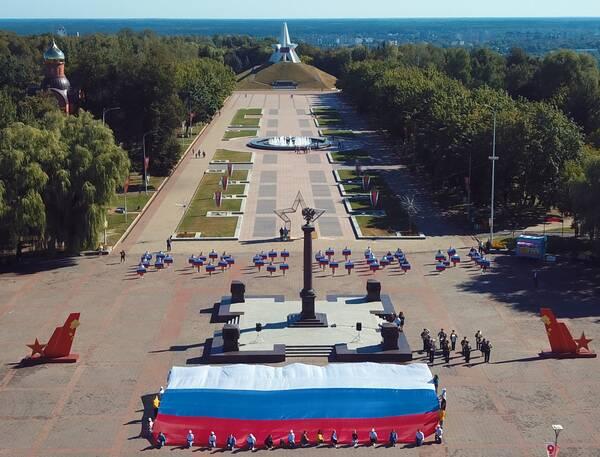 В Брянске началось празднование Дня российского флага